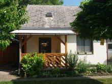 Travelminit nyaralók, BO-76: Önálló kisház 2 főre Balatonbogláron 800 méterre a strandtól