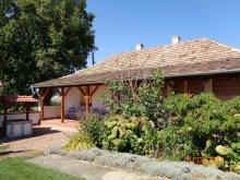 Casă de vacanță Balatonaliga, Casa de vacanță Tranquil Pines - Rose Garden Cottage