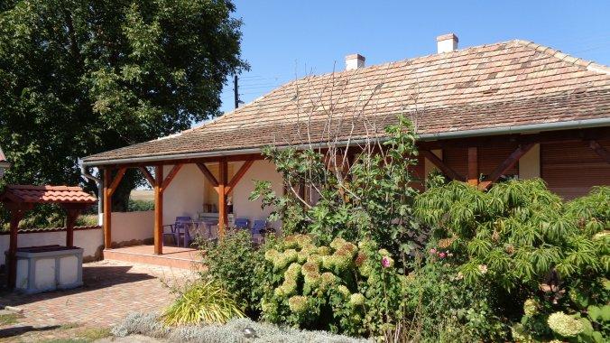 Casa de vacanță Tranquil Pines - Rose Garden Cottage Újireg