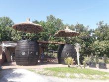Cazare Pétfürdő, Bungalou Egzotikus Kert 2+2 fős Óriáshordó