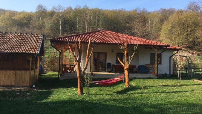 Kis ház az erdő alatt Kisampoly