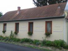Nyaraló Mezőkomárom, SZO-01: Rusztikus stílusban berendezett falusi ház 4-5 fő részére