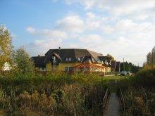 Apartment East Fest Mezőtúr, Vitorlás Guesthouse and Restaurant of Abadszalok